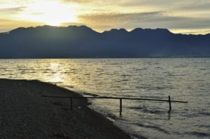Západ slunce u jezera Maninjau